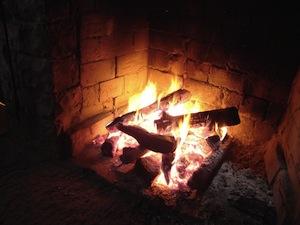 Feu de Bois dans une Cabane à Sucre